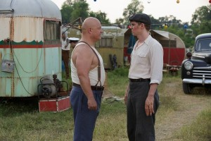 american-horror-story-freak-show-michael-chiklis-evan-peters1-600x400